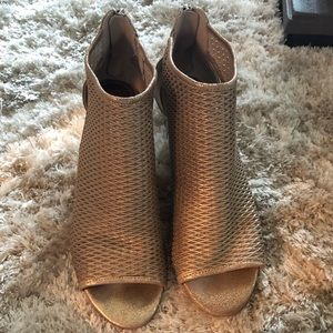 Donald J Pliner taupe/gold wedges